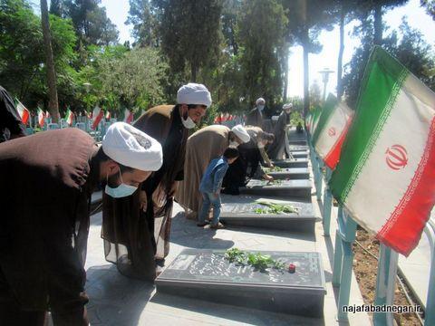 تصاویر غبارروبی قبور شهدا توسط طلاب بسیجی نجف آباد