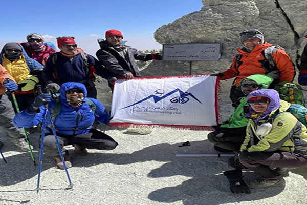 صعود-کوهنوردان-باشگاه-فردان-نجف-آباد-به-بلندترین-قله-ایران
